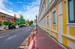 БАНГКОК, ТАИЛАНД - 11-ОЕ ИЮЛЯ 2014: Район королевского дворца с много Стоковое Изображение