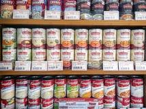 БАНГКОК, ТАИЛАНД - 22-ОЕ ИЮЛЯ: Чонсервные банкы импортированных Baxters и Campbe стоковое фото