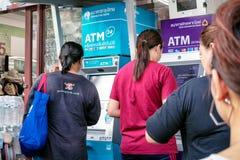 БАНГКОК, ТАИЛАНД - 2-ОЕ ИЮНЯ: Безымянные потребители делают сделки на Krunthai Bangk и машины ATM коммерческого банка Сиама на Pe стоковые фото