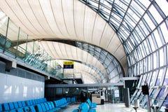 БАНГКОК, ТАИЛАНД 25-ОЕ ИЮНЯ. Пассажиры ждать к доске на авиапорте Suvanaphumi Стоковое Изображение RF