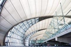 БАНГКОК, ТАИЛАНД 25-ОЕ ИЮНЯ. Пассажиры ждать к доске на авиапорте Suvanaphumi Стоковые Фотографии RF