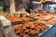 БАНГКОК, ТАИЛАНД 10-ОЕ ИЮНЯ 2019: Тайская кухня Curried Pla Mun cakeTod рыб для продажи на продовольственном рынке улицы на рынке стоковое фото rf