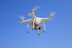 БАНГКОК ТАИЛАНД - 13-ОЕ МАРТА: трутень dji фантомный завишет летание с Стоковое фото RF
