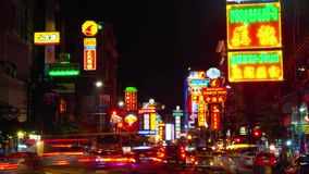 БАНГКОК, ТАИЛАНД - 4-ОЕ МАЯ 2016: Взгляд промежутка времени движения на пропусках дороги Yaowarat под освещенный подписывает внут видеоматериал