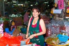 Женщина продавая свежие цветки на рынке утра в Бангкоке Стоковая Фотография RF