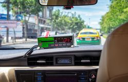 БАНГКОК, ТАИЛАНД - 2-ОЕ МАЯ: GPS отслеживал цифровой метр платы за проезд такси тикает в неопознанном такси в Бангкоке 2-ого мая  стоковое фото rf