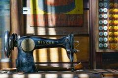 БАНГКОК, ТАИЛАНД - 29-ОЕ НОЯБРЯ 2017: Античный грех швейной машины Стоковые Изображения