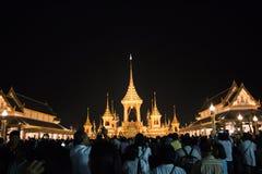 Бангкок, Таиланд - 4-ое ноября 2017: Много туристов в королевском крематорие для короля Bhumibol Adulyadej Стоковые Изображения