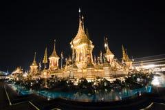 Бангкок, Таиланд - 4-ое ноября 2017: Много туристов в королевском крематорие для короля Bhumibol Adulyadej Стоковое фото RF