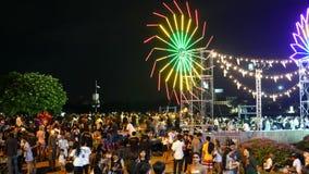 БАНГКОК, ТАИЛАНД - 14-ОЕ НОЯБРЯ 2016: Много люди на рынке ночи в фестивале Бангкоке Loy Kratong, Таиланде