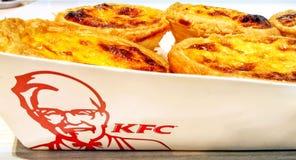 БАНГКОК, ТАИЛАНД - 25-ОЕ НОЯБРЯ: Пироги яичка KFC в устранимом p стоковое фото
