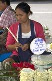 БАНГКОК, ТАИЛАНД: 12-ое октября: Девушка делая буддиста Стоковое Изображение RF