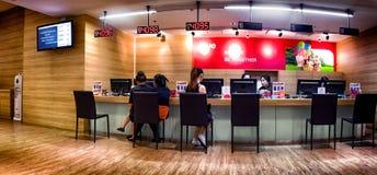БАНГКОК, ТАИЛАНД - 29-ое октября - ИСТИННОЕ provi счетчика обслуживания магазина стоковые фото