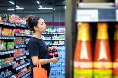 БАНГКОК, ТАИЛАНД - 30-ОЕ ОКТЯБРЯ: Клиент ходит по магазинам в междурядьях o стоковое изображение rf