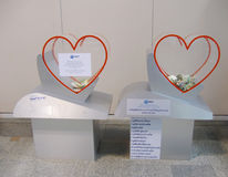 БАНГКОК, ТАИЛАНД - 18-ОЕ ОКТЯБРЯ 2013: коробки для благотворительного пожертвования с деньгами в зале авиапорта Дон Muang Стоковая Фотография