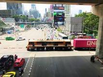 Бангкок, Таиланд - 7-ое октября 2018: Много автомобилей ждать поезд для того чтобы пройти пересечение дороги Asoke-dindaeng стоковые фотографии rf