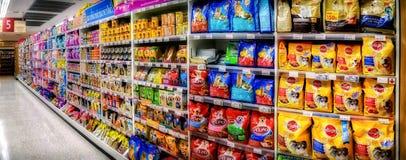 БАНГКОК, ТАИЛАНД - 18-ОЕ ОКТЯБРЯ: Полки в междурядье 5 в Foodland s Стоковое фото RF