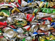 Бангкок, Таиланд - 20-ое сентября 2018: куча старых алюминиевых консервных банок напитка подготавливает для повторно использует стоковая фотография rf