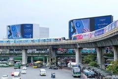 Бангкок, Таиланд - 8-ое сентября 2018: Привод skytrain 2 BTS или Бангкока через памятник победы с большими афишами стоковое фото rf