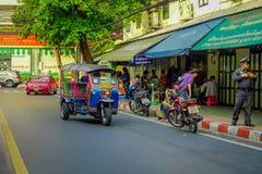 БАНГКОК, ТАИЛАНД, 8-ОЕ ФЕВРАЛЯ 2018: Внешний взгляд, который 3-катят такси tuk tuk в дороге в зоне Khao Сан, tuk Стоковые Фото