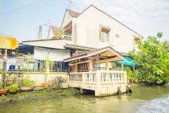БАНГКОК, ТАИЛАНД - 9-ОЕ ФЕВРАЛЯ 2018: Внешний взгляд шикарного облицеванного дома на береге реки на Chao Реке Phraya Стоковое Изображение