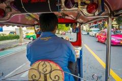 БАНГКОК, ТАИЛАНД, 8-ОЕ ФЕВРАЛЯ 2018: Внутреннее viuew неопознанного человека управляя, который 3-катят такси tuk tuk в дороге вну Стоковая Фотография