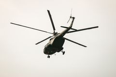 БАНГКОК, ТАИЛАНД - 20-ОЕ ФЕВРАЛЯ: Летание вертолета армии Mi-171 от оснований для посылки солдат в боевые операции в Бангкоке, Та Стоковое фото RF
