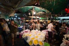 Бангкок, Таиланд - 12-ое февраля 2015: Люди в рынке цветка Стоковое Изображение