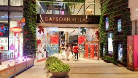 БАНГКОК, ТАИЛАНД - 5-ОЕ ФЕВРАЛЯ 2019: Много из людей идут под красивый дизаин интерьера украшения на деревне Gaysorn стоковое фото rf
