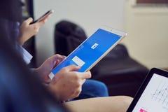 Бангкок, Таиланд - 15-ое февраля 2018: рука отжимает экран Facebook на ipad pro, социальных средствах массовой информации яблока Стоковое Фото