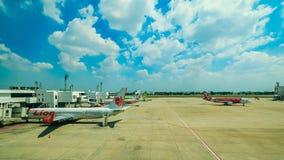 БАНГКОК, ТАИЛАНД: 4-ое февраля 2017 - международный аэропорт и самолет DONMUEANG подготавливают для принимают  Стоковая Фотография