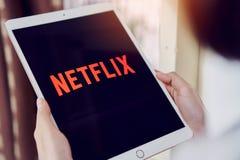 Бангкок, Таиланд - 31-ое января 2018: Netflix app на экране таблетки Netflix международное ведущее обслуживание подписки стоковое фото rf
