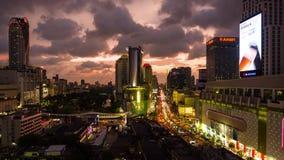БАНГКОК, ТАИЛАНД - ОКОЛО март 2017: Timelapse городского пейзажа центра города в Бангкоке, Таиланде на сумраке видеоматериал