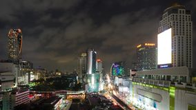 БАНГКОК, ТАИЛАНД - ОКОЛО март 2017: Timelapse городского пейзажа центра города в Бангкоке, Таиланде на ноче видеоматериал