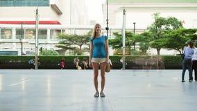 Бангкок, Таиланд - около март 2017: Timelapse стойки женщины на тротуаре, запачканные формы проходит мимо сток-видео