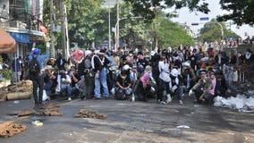 Бангкок/Таиланд - 12 02 2013: Протестующие riot и принимают столичный HQ дома полиции Стоковые Фото