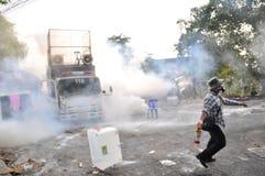 Бангкок/Таиланд - 12 02 2013: Протестующие riot и принимают столичный HQ дома полиции Стоковая Фотография
