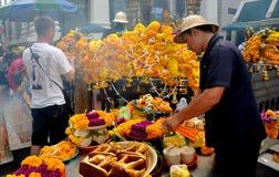 Бангкок, Таиланд: Флористические предложения на святыне стоковая фотография