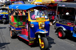 Бангкок, Таиланд: Tuk-Tuks на дороге Khao Сан Стоковые Фото