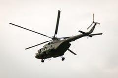 БАНГКОК, ТАИЛАНД - 20-ОЕ ФЕВРАЛЯ: Летание вертолета армии Mi-171 от оснований для посылки солдат в боевые операции в Бангкоке, Та Стоковая Фотография