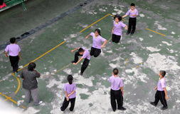 Бангкок, Таиланд: Веревочка ребеят школьного возраста скача Стоковое Фото