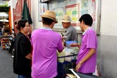 Бангкок, Таиланд: Еда улицы Thais покупая стоковые фото
