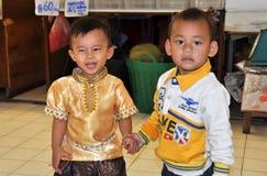 Бангкок, Таиланд: 2 мальчика на рынке Hall Стоковая Фотография