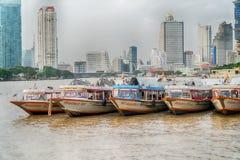 Бангкок, Таиланд - 5-ое августа 2017: Гостиницы, река Chao Praya Стоковая Фотография