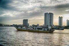 Бангкок, Таиланд - 5-ое августа 2017: Гостиницы, река Chao Praya Стоковая Фотография RF