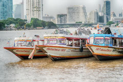 Бангкок, Таиланд - 5-ое августа 2017: Гостиницы, река Chao Praya Стоковое Изображение RF