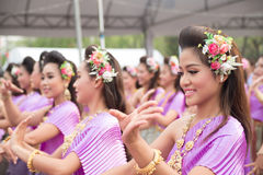 Бангкок, Таиланд - 12-ое апреля 2015: Неопознанный танцор выполняет Стоковое Изображение RF