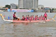 Бангкок, Таиланд 20-ое декабря 2015: Команды шлюпки Китая состязаться Стоковые Фотографии RF