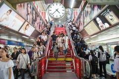 Бангкок, Таиланд - 14-ое июля 2017: Много людей в пользе t Бангкока Стоковые Изображения RF