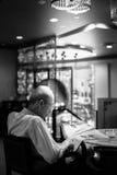 Бангкок, Таиланд - 17-ое июля 2015: Старик с стеклами чтения Стоковые Изображения